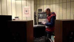 Aldis Ermanbriks står i sin inspelningsstudio i en källare i Rigas gamla stad.