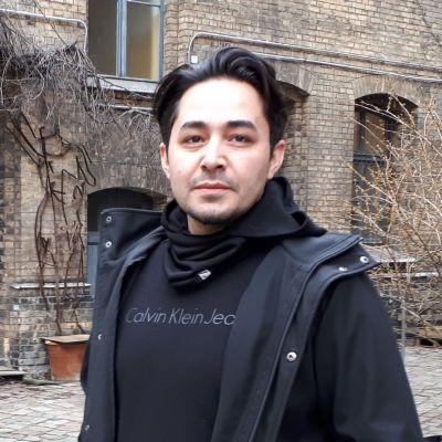 Sherwan Haji på en bakgård i Berlin, 2020.