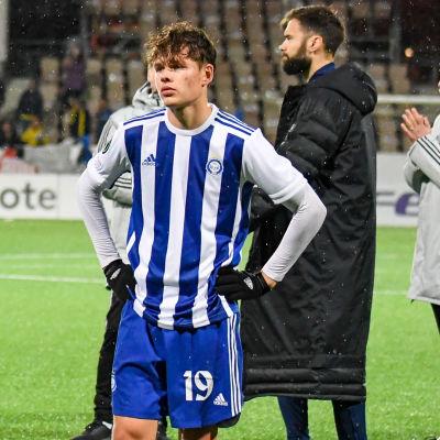HJK-spelare ser besvikna ut efter förlust.