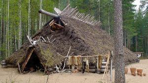 Kivikauden rakennus Saarijärven Kivikauden kylässä