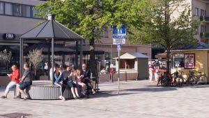 Människor på gågatan i Jakobstad.