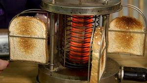 Päivi Valon Saluta-leivänpaahdin on todennäköisesti peräisin 1940-luvulta.