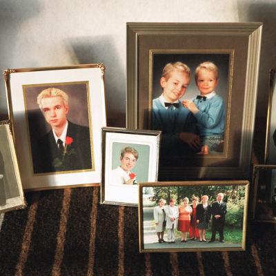 Pöydällä sukulaisten valokuvia kehystettynä.