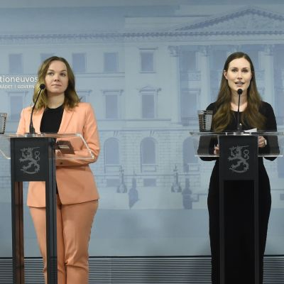 Li Andersson, Katri Kulmuni, Sanna Marin, Maria Ohisalo och Anna-Maja Henriksson håller presskonferens.