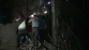 Räddningsförsök pågår efter att ett bostadshus bombades i östra Aleppo.