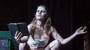 Aleksa Lundberg som Kung Kristina Alexander, en pjäs av Elisabeth Ohlson Wallin. 2017.