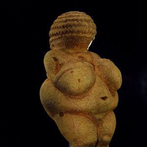 En bild av statyn Venus från Willendorf.