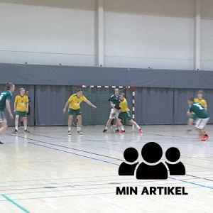 Två handbollslag spelar mot varandra.
