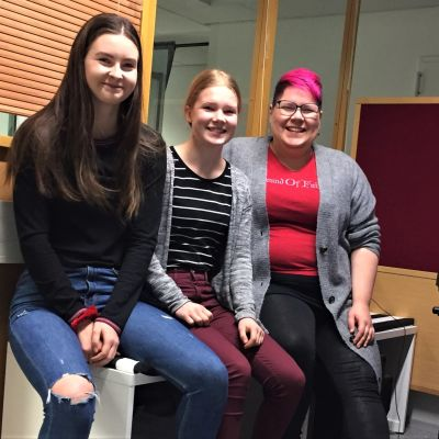 Lappeenrannan Musiikkiopiston nuorisokuorolaiset Bea Ek, Aino Tervonen sekä kuoron johtaja Heidi Harju.