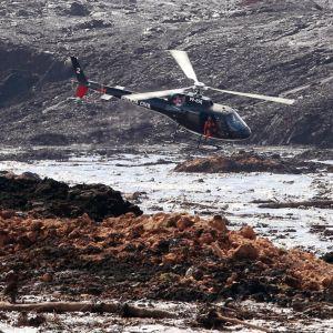 Helikopter flyger över damolycka.