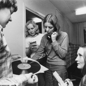 Äänilevyjä etsimässä Ritva Söderholm, Marjo Ziadi, Anita Wetterstrand ja Heidi Saarela 1973.