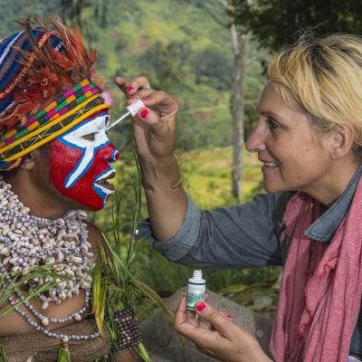 Françoise Spiekermeier osallistuu kasvomaalauksen tekoon Papuassa