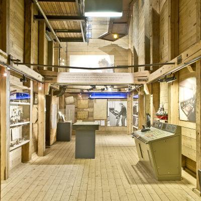 """Forum Marinums utställning """"Från Skuta till Ro-ro, från Galär till Svävare"""" öppnades 2002."""