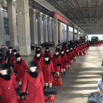 Suuri ryhmä punaisiin pukeutuneita naisia.