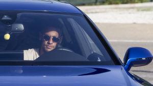 Neymar sitter i sin bil.