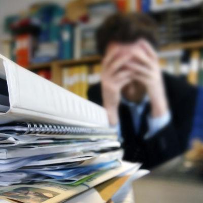 Symbolisk bild av stressad kontorsanställd.