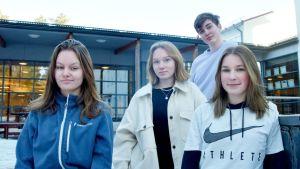 ungdomar framför en skola