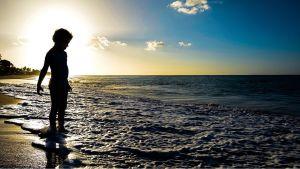 Pojke på strand, Guadeloupe.