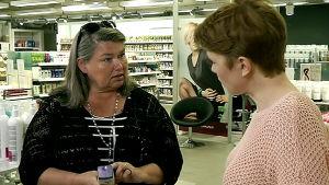 Hius- ja kauneudenhoitoalan kouluttaja Raija Kara ja toimittaja Terhi Simola.