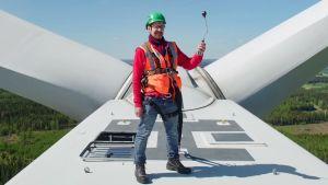Janne Käpylehto seisoo tuulivoimalan katolla