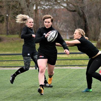 Ida Herrgård springer med rugbyboll i handen.