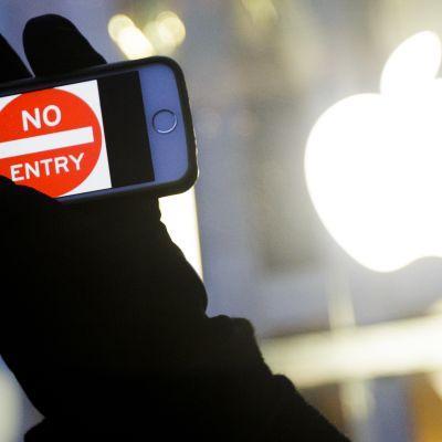 Applen pääkonttorin edustalla New Yorkissa järjestettiin mielenosoitus Yhdysvaltain hallinnon vaatimuksia vastaan 23.2. 2016.