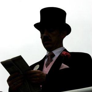 Elegant klädd man med hatt.
