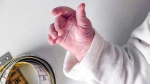 vauvan käsi ja mittanauha