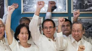 Wilma Austria Tiamzon och Benito Tiamzon (i mitten)som frigavs från fängelse den 17 augusti ingår i rebellernas förhandlingsdelegation liksom kommunistpartiets grundare, författaren Jose Maria Sison (th)