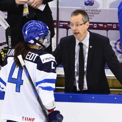 Rosa Lindstedt diskuterar med sin tränare i landslaget, Pasi Mustonen.