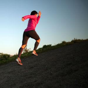 Juoksija juoksee mäkeä ylös
