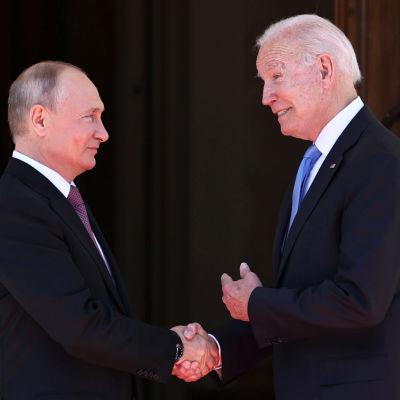 Presidentit Vladimir Putin ja Joe Biden kättelevät Villa la Grangen edustalla Genevessä 16. kesäkuuta 2021.