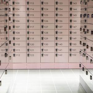 Ett provrum med postautomater.
