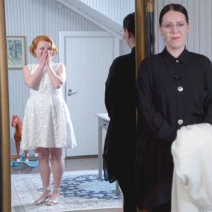 Lyhyeen juhlamekkoon pukeutunut nuori nainen katsoo itseään liikuttuneena peilistä, peilin oikealla puolella seisoo nainen.
