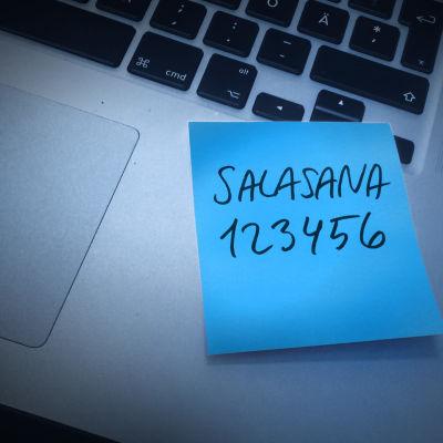 Käsitelty kuva läppäristä, johon liimattu sininen post-it lappu. Lapussa teksti salasana 123456