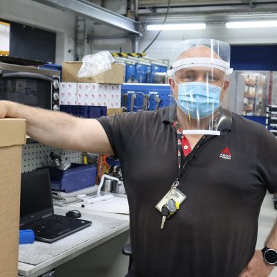 Tuotekehityksen verstaspäällikkö Janne Ojala havainnollistaa miltä valmis suojavisiiri näyttää.