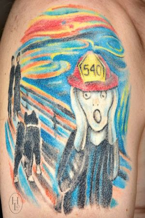 Edvard Munchs Skriet tatuerad med brandhjälm och Karelsk spets