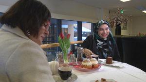 kvinnor på café