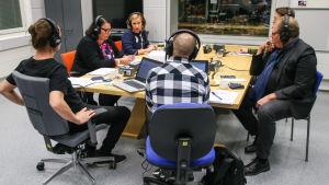 Merja Ylä-Anttila, Riikka Räisänen, Ville Vilén ja Kari Karppinen Kysy Ylestä -illassa.