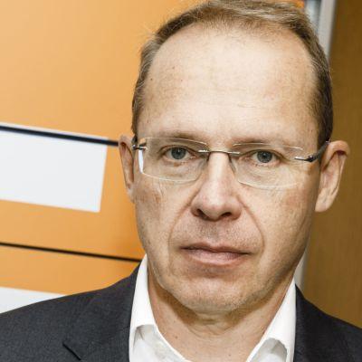 Heikki Malinen, postens före detta VD, står framför postfack.