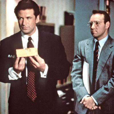 Myyntitykit. Kuvassa vas.Alec Baldwin ja Kevin Spacey. Yle Kuvapalvelu.