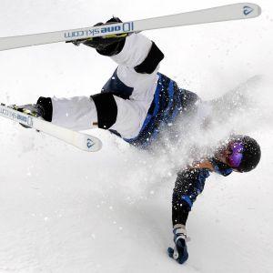 Jussi Penttala faller efter ett hopp