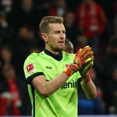 Lukas Hradecky torjui Leverkusenille voiton.