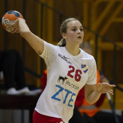 Ida Väyrynen kastar en handboll.