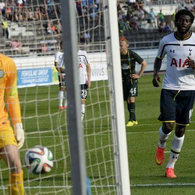 Emanuel Adebayor gör mål mot Celtic i Helsingfors