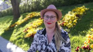 Skådespelaren Sofia Molin från Grus Grus Teater, här invid åstranden i Åbo. 2018.