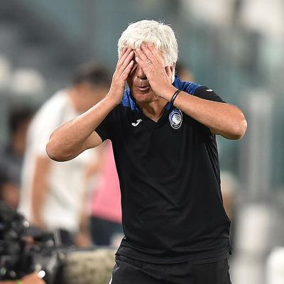Gian Piero Gasperini håller händerna framför ögonen.