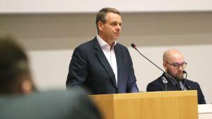 Borgmästare Jan Vapaavuori talar inför Helsingfors stadsfullmäktige.