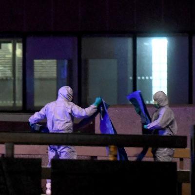Personer i vita skyddskläder ses arbeta på London Bridge.