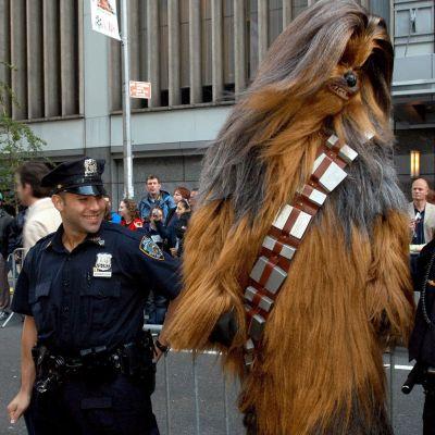 Fan poserar med poliser vid premiären för Star Wars III: Revenge of the Siths